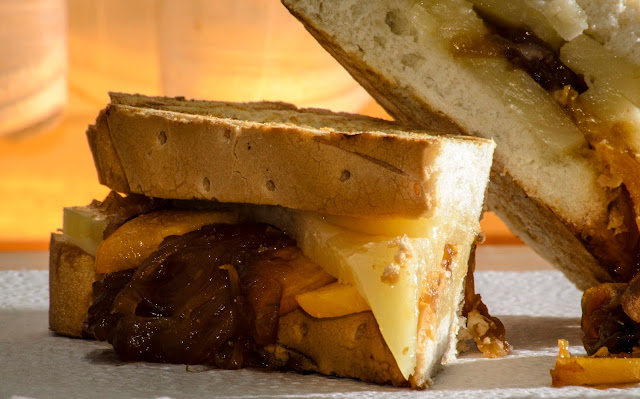 Sandwich de queso y cebolla caramelizada; cheese and caramelized onion sandwich