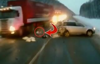 bebe se salva de morir atropellado por camión en rusia