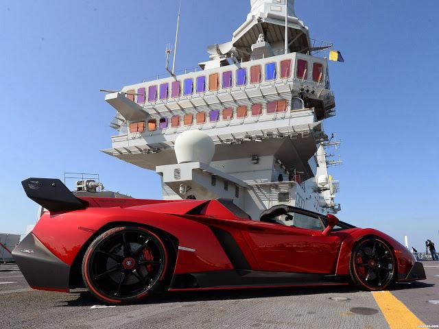 El Lamborghini Veneno Roadster en un portaviones