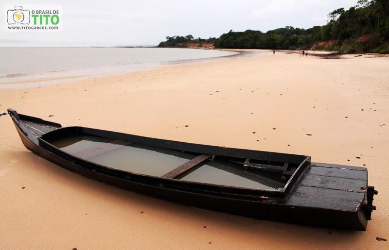 Canoa na praia do Vai-Quem-Quer, na ilha de Cotijuba, no Pará
