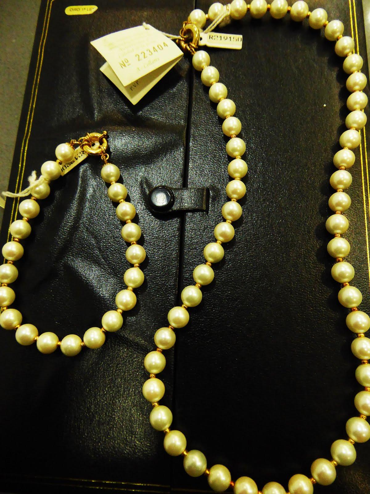 Estuche con pulsera y collar de perlas