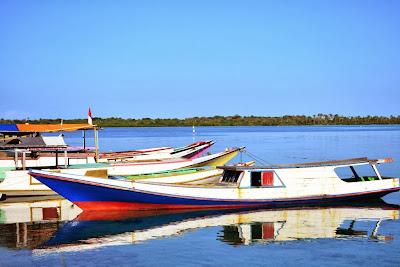 Kapal nelayan setempat
