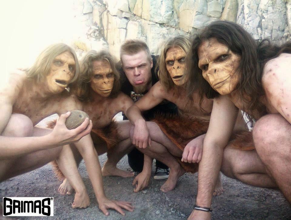 Ari Savonen ja apinat, ja Ari sopii hyvin joukkoon, lol.