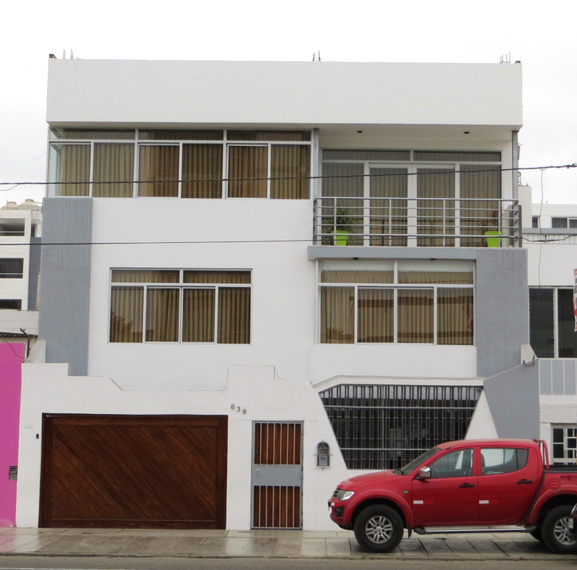 Fachadas de casas bonitas casa de tres pisos con balc n y for Fachadas de casas de 3 pisos modernas