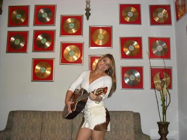 ELIANE BARRERITO. E ao fundo a coleção de discos de ouro do eterno cantor das andorinhas...!!