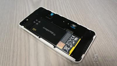 Muchas veces presentamos algún error en nuestra tarjeta de memoria en nuestro dispositivo BlackBerry y para poder solucionarlo debemos formatear nuestra Tarjeta SD, En BlackBerry 10 es muy fácil reparar errores o formatear nuestra Tarjeta SD, es por ello que decidimos hacer está guía para ayudar a todos aquellos usuarios que alguna vez tengan problemas con su Tarjeta de Memoria. Cómo reparar errores o formatear la Tarjeta de Memoria en BlackBerry 10: Primero debes acceder a configuración para ello desliza el dedo hacía abajo desde la parte superior de la pantalla donde después se te desplegará un menú como se