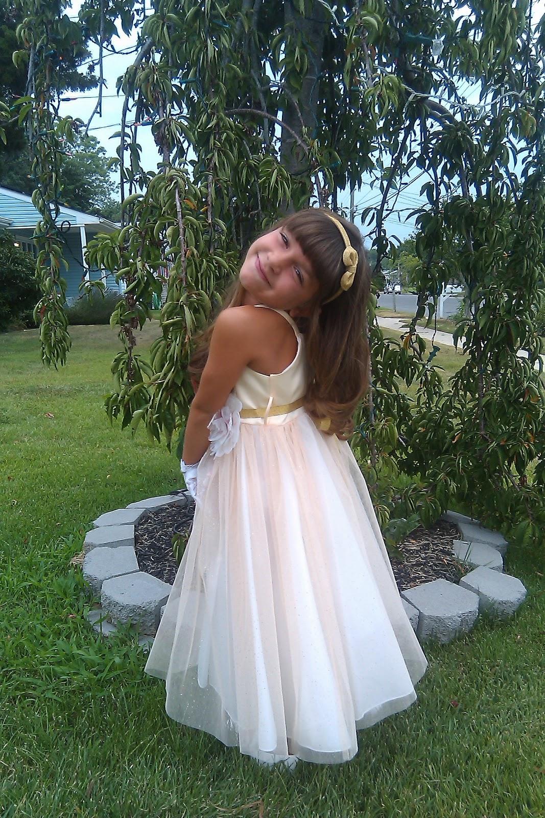 http://3.bp.blogspot.com/-wyrBfE7BbwE/Toown2rxdrI/AAAAAAAAAY4/nKFYkvx0io4/s1600/light_gold_dress.jpg