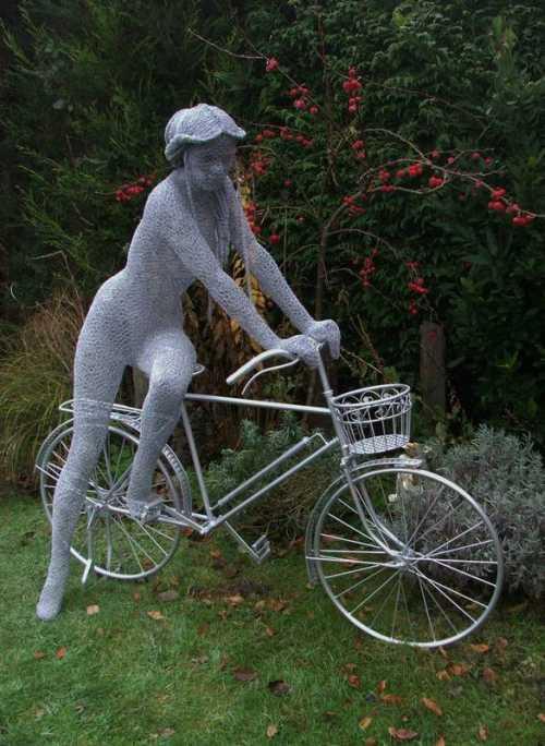Derek Kinzett esculturas feitas de arames A moça e a bicicleta