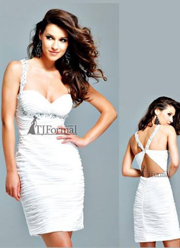 къса бяла рокля с гол гръб