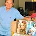 Sr. Edmilson, Presidente do Conselho Municipal do Idoso, entrega revistas para o Asilo