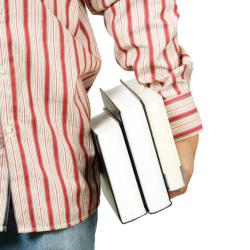 étudiant qui porte des livres