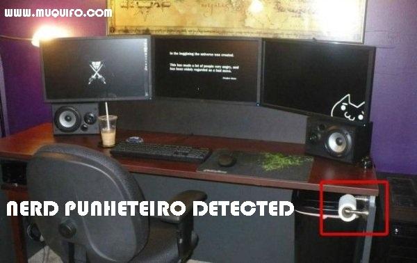 escritório do nerd preparado para tudo