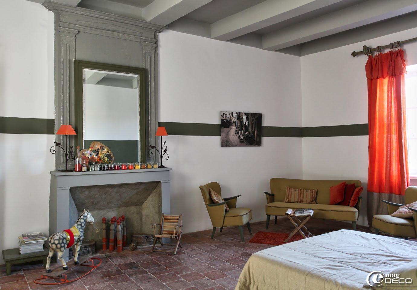 Mobilier années 1950 et vieux jouets dans une des chambres de la maison d'hôtes 'Les Nomades Baroques' à Barjac