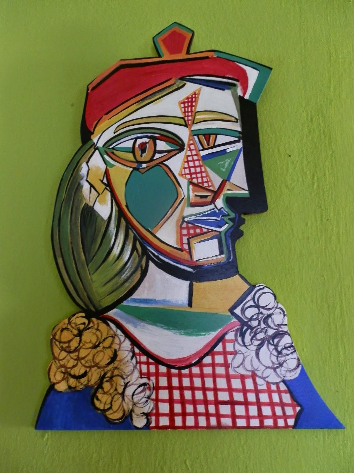 Mujer con boina y vestido a cuadros