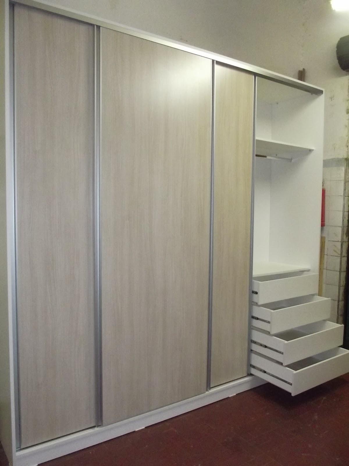 Armário de cozinha com prateleiras de vidro amplas gavetas porta  #452B28 1200x1600