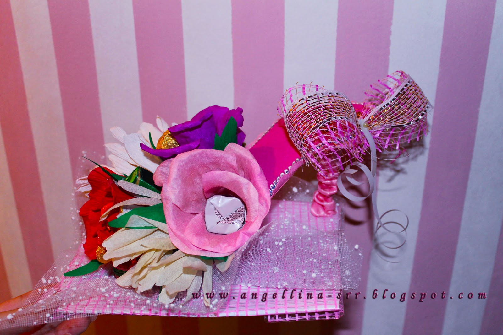 Туфельки из конфет и гофрированной бумаги своими руками