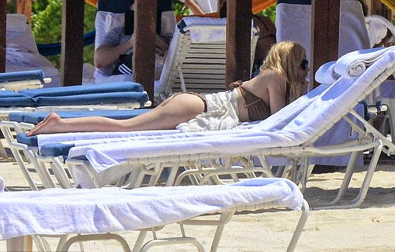 Doing a geometric thing in a brown bikini,‭ ‬the‭ ‬29-year-old, Avril Lavigne opting a more classical approach to swimwear as she waded around the sea on Sunday,‭ ‬May‭ ‬11,‭ ‬2014‭ ‬at Cancun,‭ ‬Mexico with her friends.