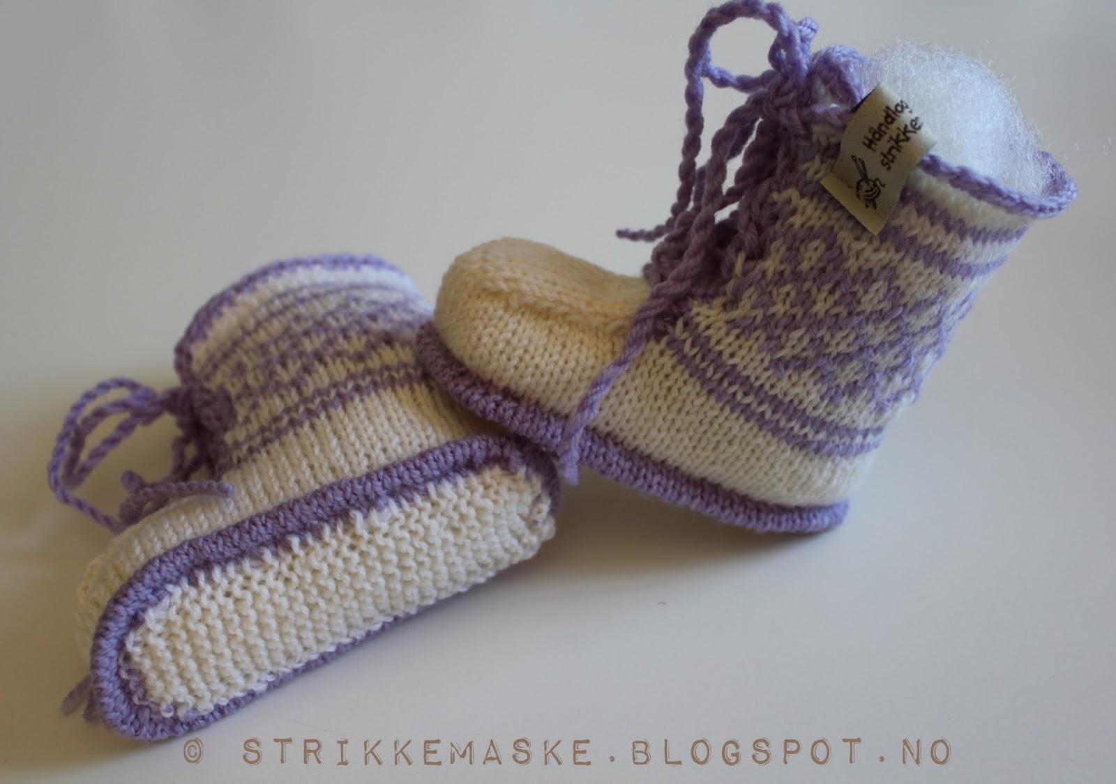 strikka Baby booties med lilla innslag