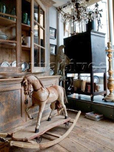 stare wnętrze z koniem na biegunach