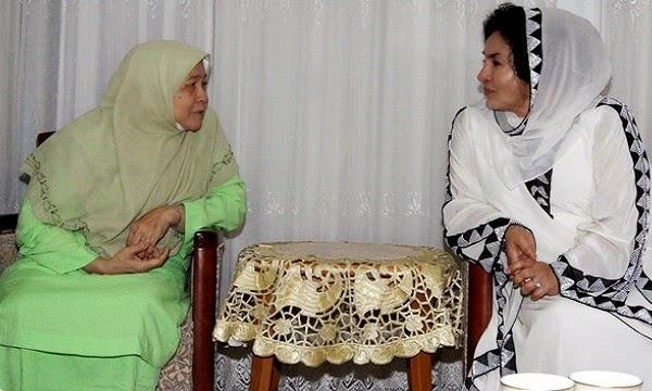 Rosmah ziarah Isteri Tuan Guru Nik Abdul Aziz Siap bagi Petua Lagi