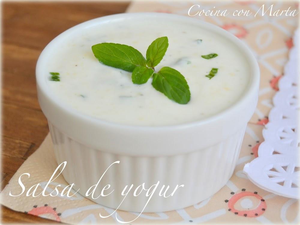Receta casera de salsa de yogur, fácil y rápida de hacer. Para acompañar platos, sustitutivo de la nata y la mayonesa.