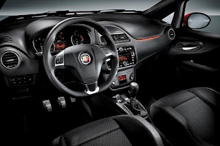 Volante e interni della Abarth Punto Supersport