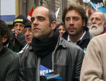 Tosar y Javier Bardem, en una manifestación de Nunca Máis