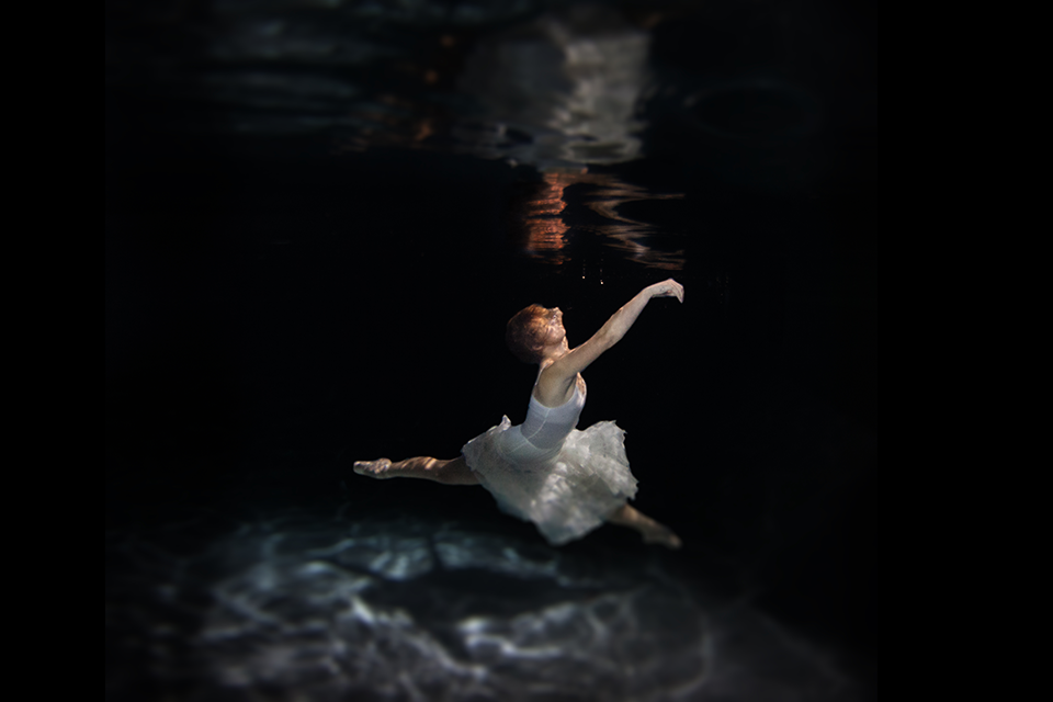 18-Under-Water-2-Jenna-Martin-Surreal-Photographs-with-Underwater-Shots-www-designstack-co
