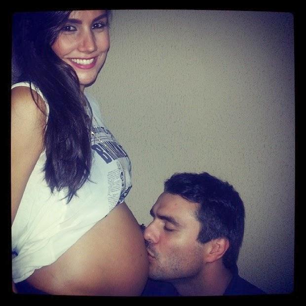 Ex-BBB Mariana Felício mostra barrigão da primeira gravidez