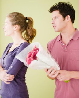 Man-apologizes-to-women - رجل يعتذر الى امرأة- عدم اعتذار الرجل المرأة بعد الإساءة قد يعرضها للازمات القلبية