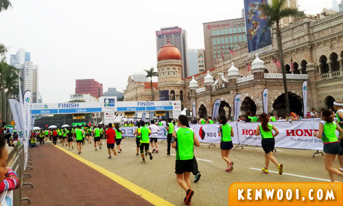 standard chartered kl marathon 2014 finishing line