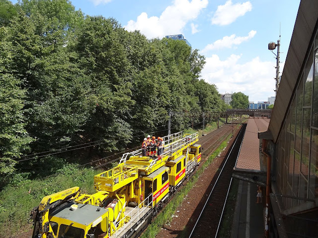 Warszawa Ochota. Naprawa sieci trakcyjnej po zerwaniu przez pantograf lokomotywy.