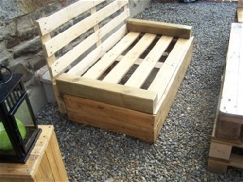 Indoor and outdoor pallet bench sitting area pallet for Salon de jardin en palette