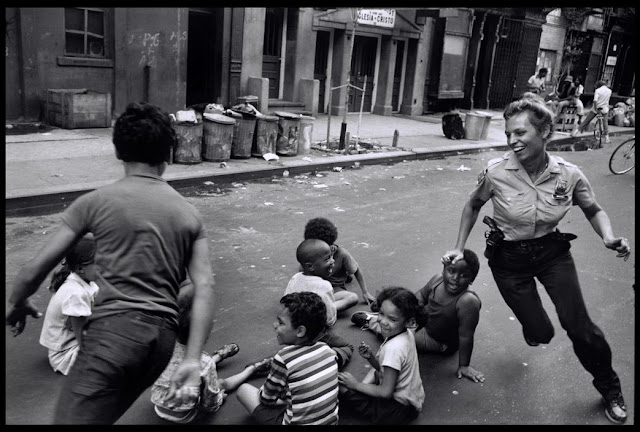 Nypd photos late 70s pdcn rant 1978 police officer playing with the children in harlem publicscrutiny Choice Image