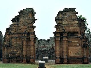 Fachada das ruínas da igreja na redução de San Ignacio Mini.