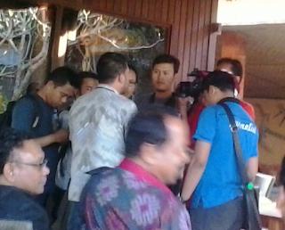 Bapak Alfi dari KPK sedang diwawancara oleh para wartawan dan jurnalis