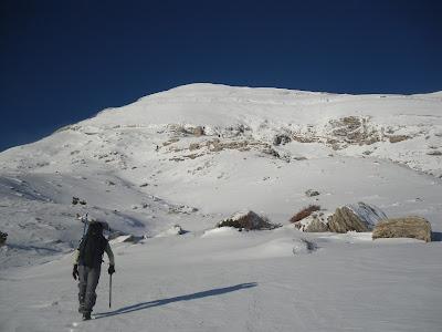 αριστέρα στην κόψη η διαδρομη της ανάβασης.