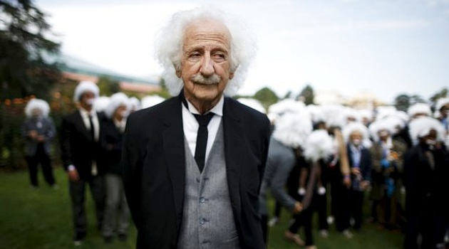 Wow, Lebih Dari 300 Fans Mirip Albert Einstein Pecahkan Rekor Untuk Amal