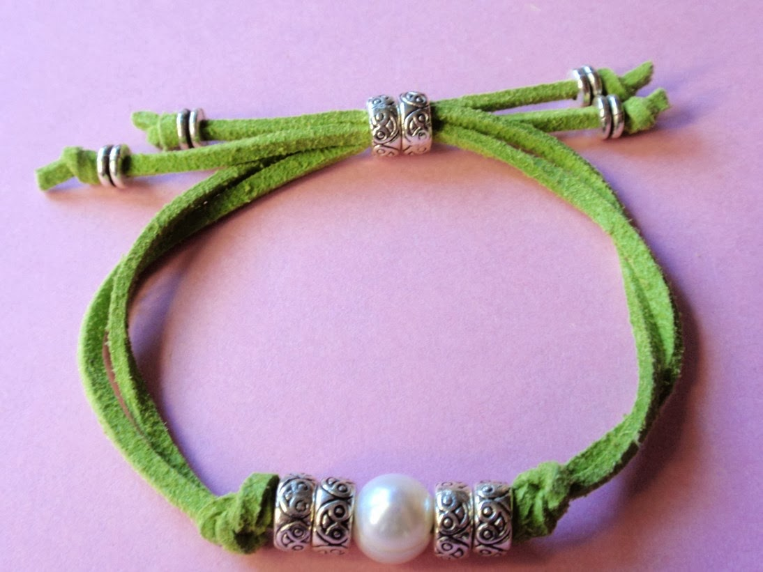 Pulsera ajustable en antelina color verde claro y perla de agua dulce