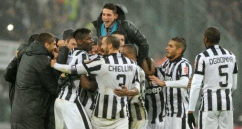 Juventus - Torino 2-1 Pirlo festaggiato dai compagni di squadra