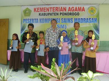Para Pemenang Kompetisi Sains Madrasah Berpose Bersama Ketua K3MI Kab.Ponorogo