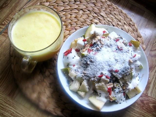 wegańskie śniadanie; veganza; weganizm; sok pomarańczowy; gruszki; vegan