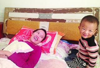 Kisah Anak Berbakti, Kunyahkan Makanan Untuk Ibunya Yang Lumpuh
