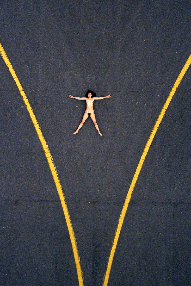 vista aerea de mujer desnuda en asfalto
