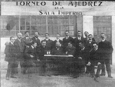 Jugadores disputando el I Campeonato de Ajedrez de Barcelona en la Sala Imperio en 1909