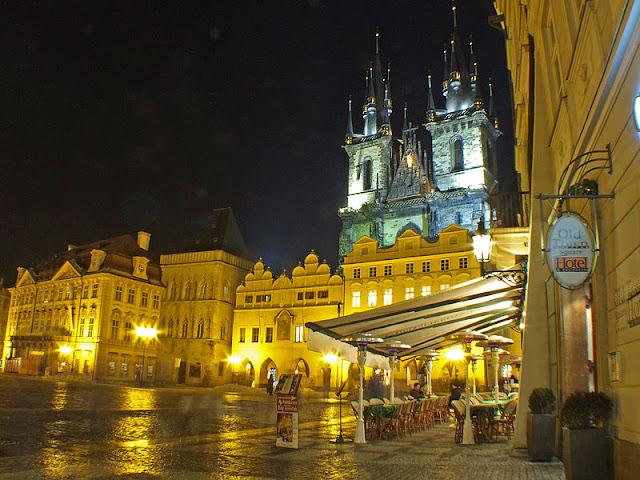 Una Piazza di Praga illuminata la sera