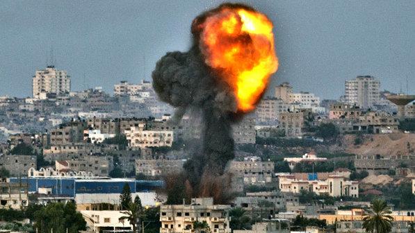 Explosão causada por ataque aéreo israelense na Faixa de Gaza