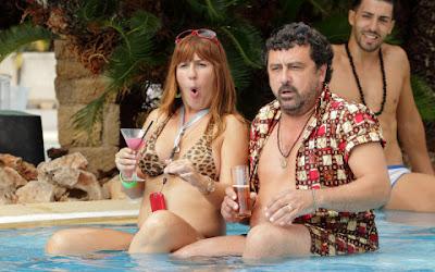Escena de la segunda temporada de la serie Con el Culo al Aire, donde se ve a Alicia y Tino en una piscina en su luna de miel.