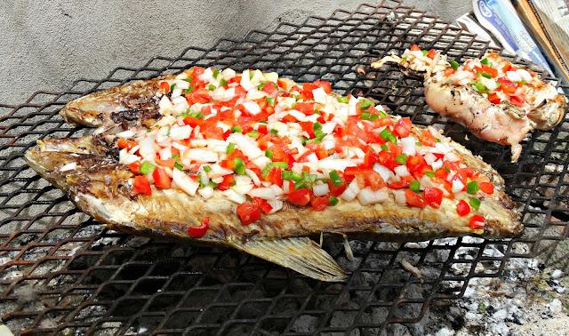 Con el interior del pescado hacia arriba agregamos la salsa criolla por encima