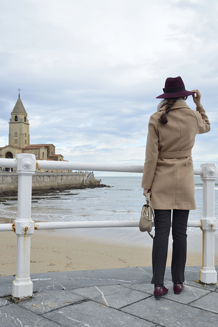 camel-coat-blogger-outfit-fedora-burgundy-look